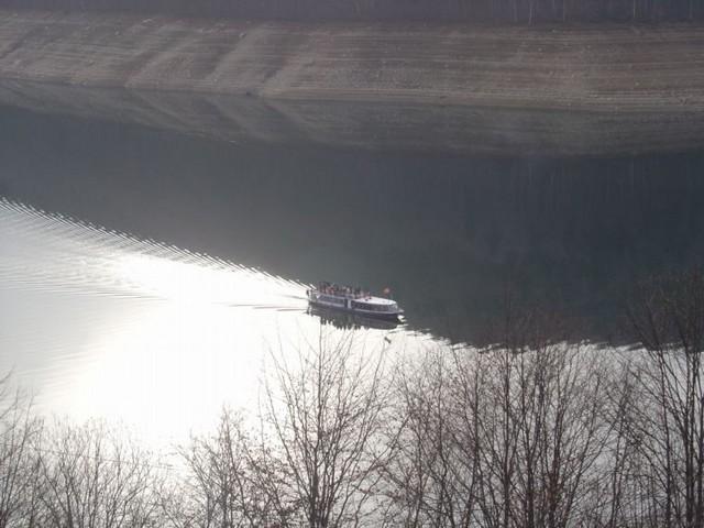 bateau lac vidraru roumanie
