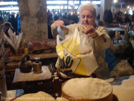 bazar de Kutaisi vendeuse de farine