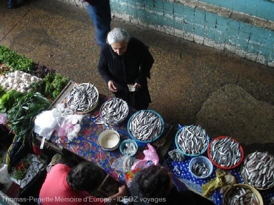 bazar de Kutaisi vendeuse de poissons