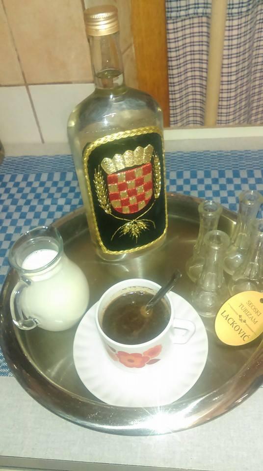 café au rakija chez Lackovic en Slavonie Baranja