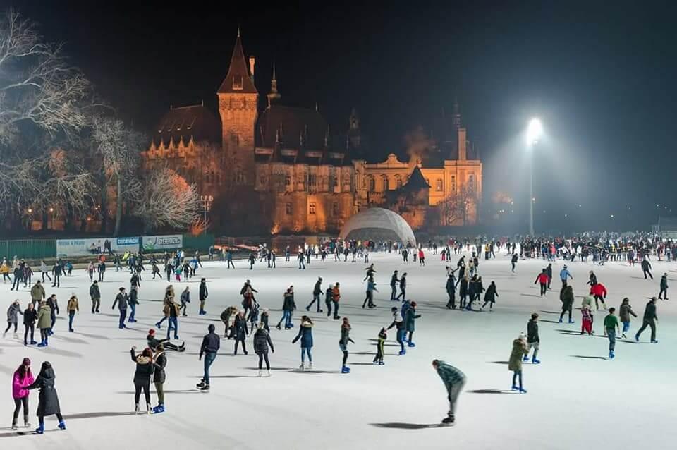 patinoire au Bois-de-ville devant le château Vajdahunyad