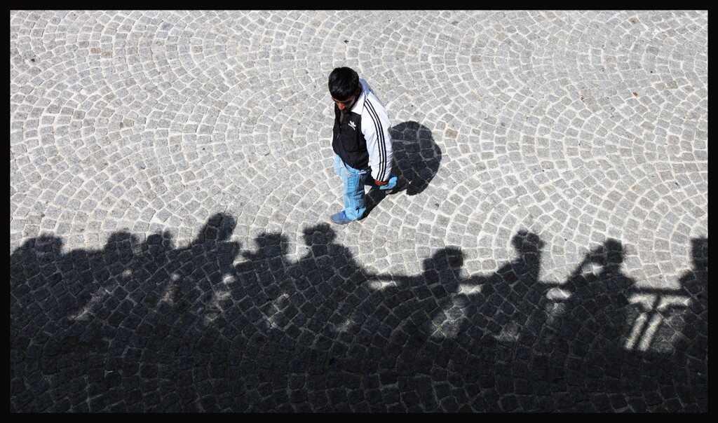 photo d'un homme et des ombres