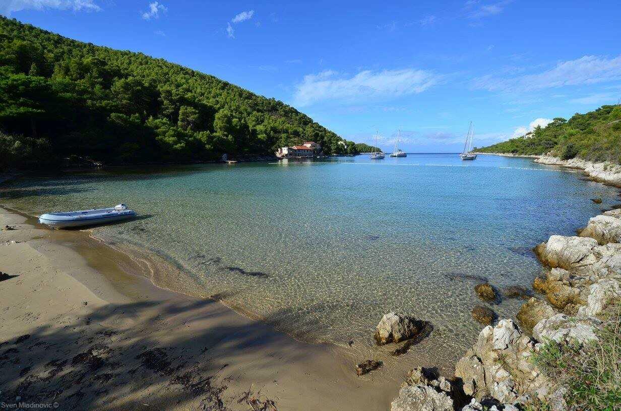 plage de sable de stoncica sur l'ile de vis en croatie