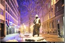 statue sous la neige zagreb en hiver