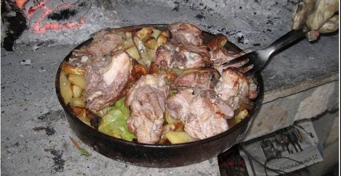 peka du biokovo plat de viandes cuites sous la cloche