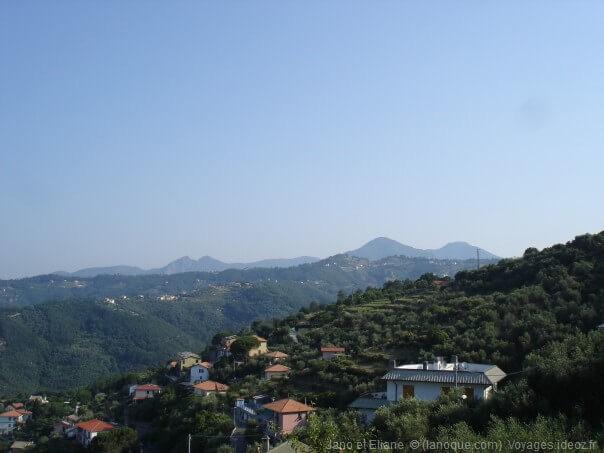 Contreforts montagneux de l'italie du nord