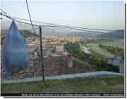Berat vue sur la ville moderne et un sac poubelle attendant d'être ramassé