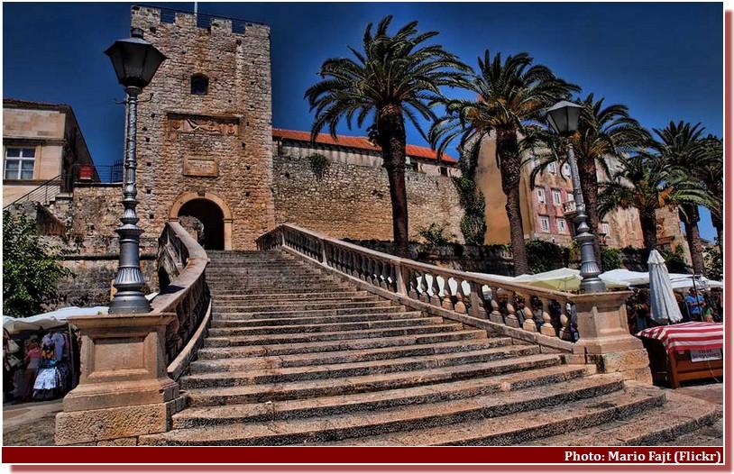 Korcula porte de Revelin et escalier