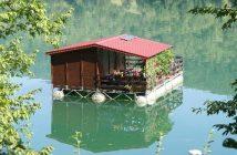 Maison sur la Drina à la frontière entre la Serbie et la Bosnie Herzégovine