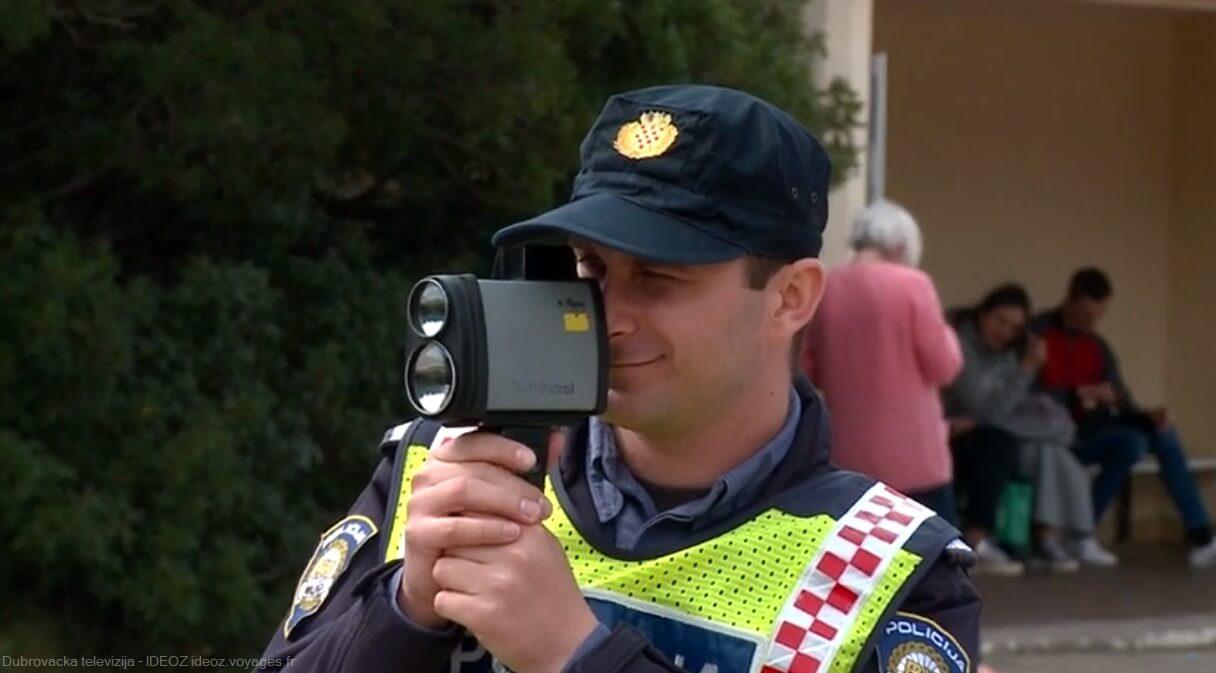 Policier lors d'un controle de vitesses dans le centre ville de dubrovnik