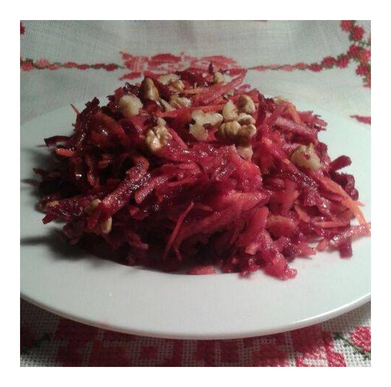 Salade de betteraves et de carottes aux noix et aux pommes (Recette des Balkans)