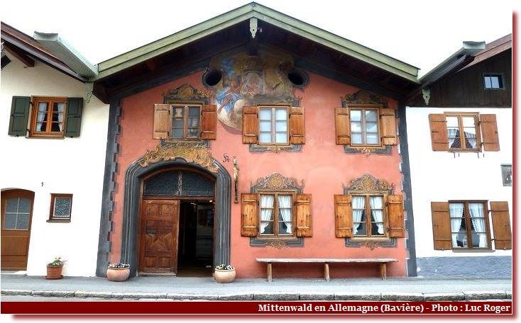 Mittenwald ; village bavarois typique aux superbes façades ornées (Luftlmalerei) 11
