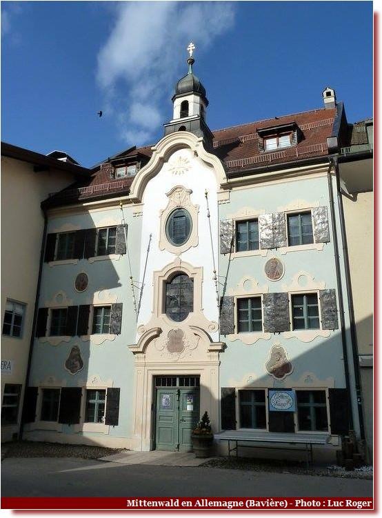Mittenwald ; village bavarois typique aux superbes façades ornées (Luftlmalerei) 2