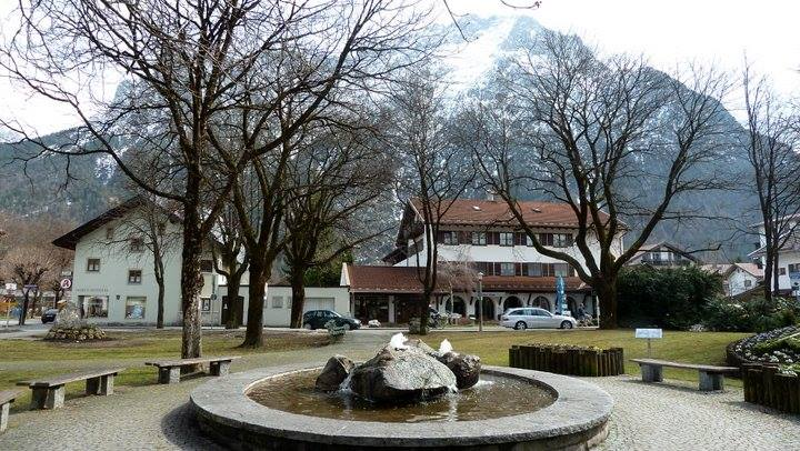Mittenwald ; village bavarois typique aux superbes façades ornées (Luftlmalerei) 8