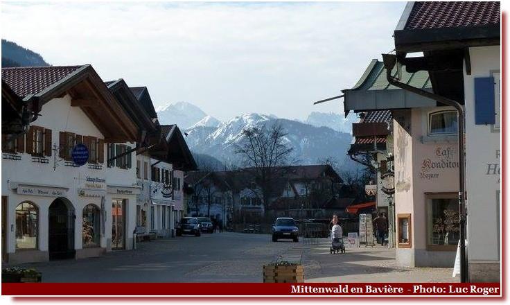 Mittenwald ; village bavarois typique aux superbes façades ornées (Luftlmalerei) 3