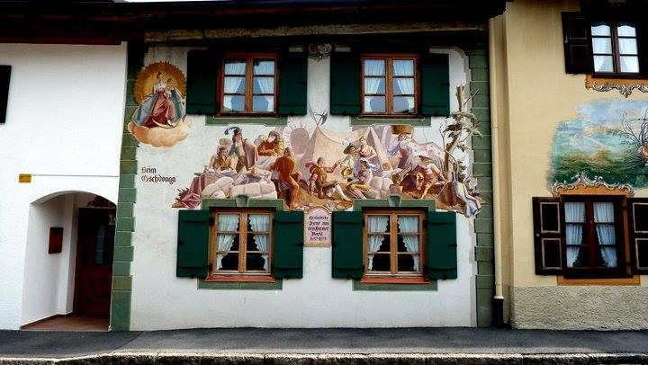 Mittenwald ; village bavarois typique aux superbes façades ornées (Luftlmalerei) 13