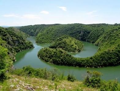 meandres de la rivière Uvac en Serbie