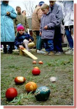 Marguciai enfants cherchant les oeufs a paques en Lituanie