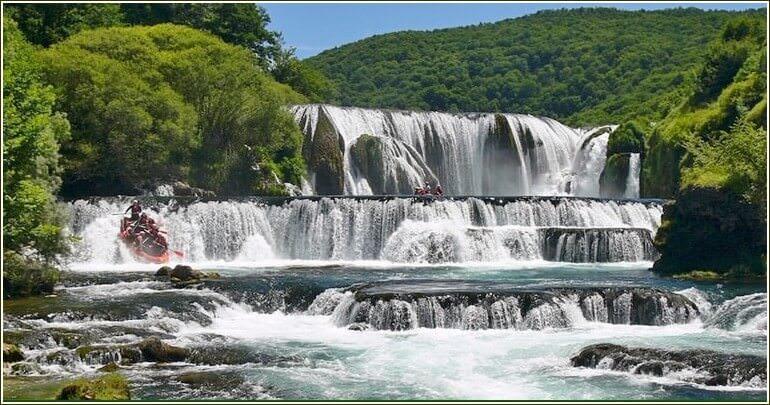Rafting sur strbacki buk rivière una en bosnie-herzegovine