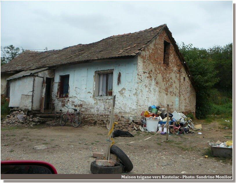 Maison tsigane dans la campagne serbe