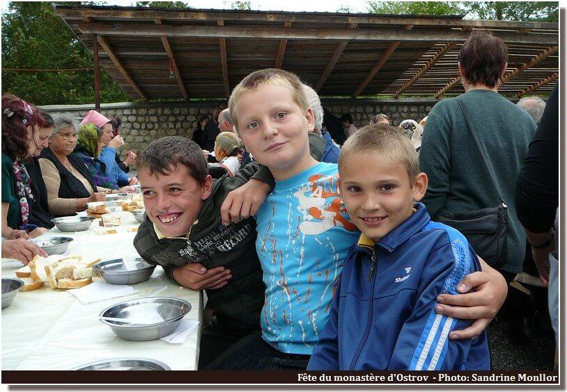 Ostrov fête du monastere repas avec les enfants
