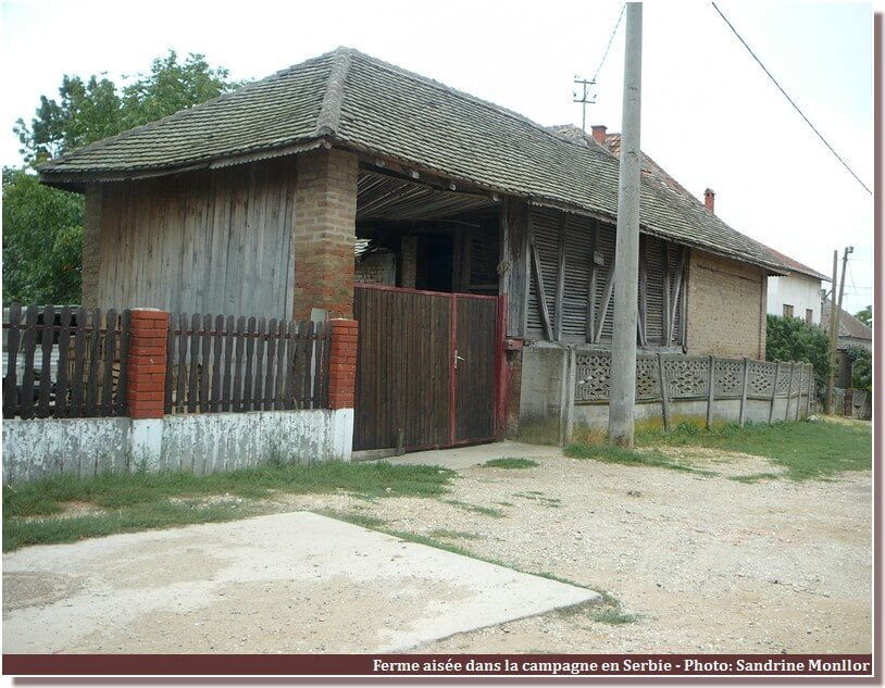 Portail de ferme dans la campagne en serbie