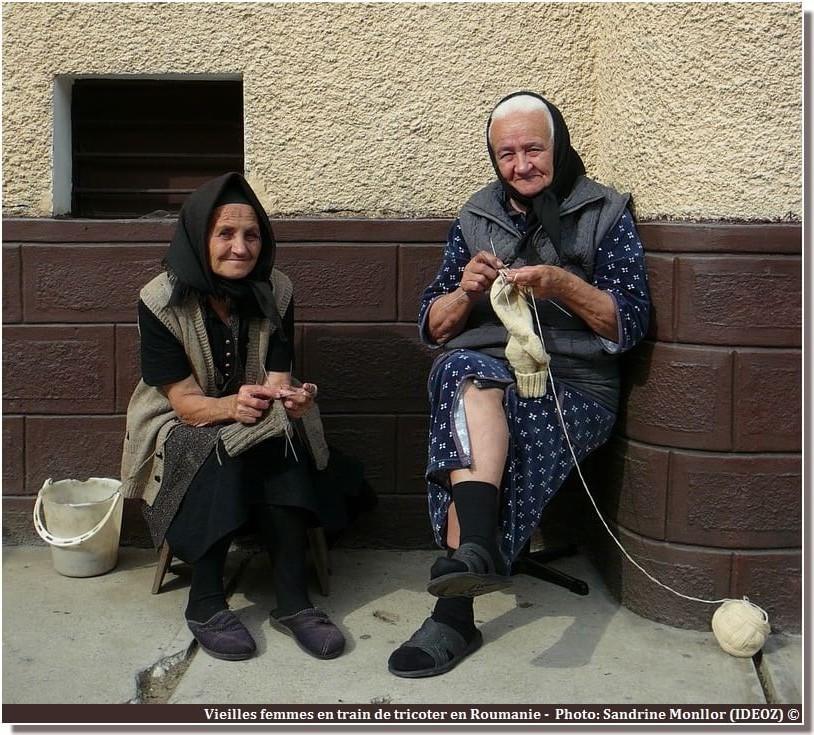 Roumanie Vieilles femmes en train de tricoter