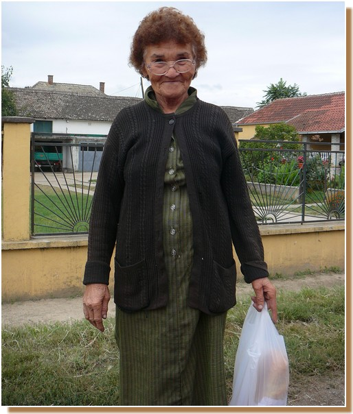 Vieille dame près de Grocka en Serbie