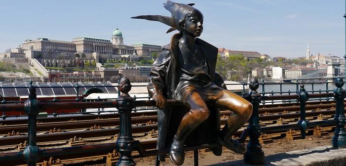 Budapest statue au bord du danube et chateau