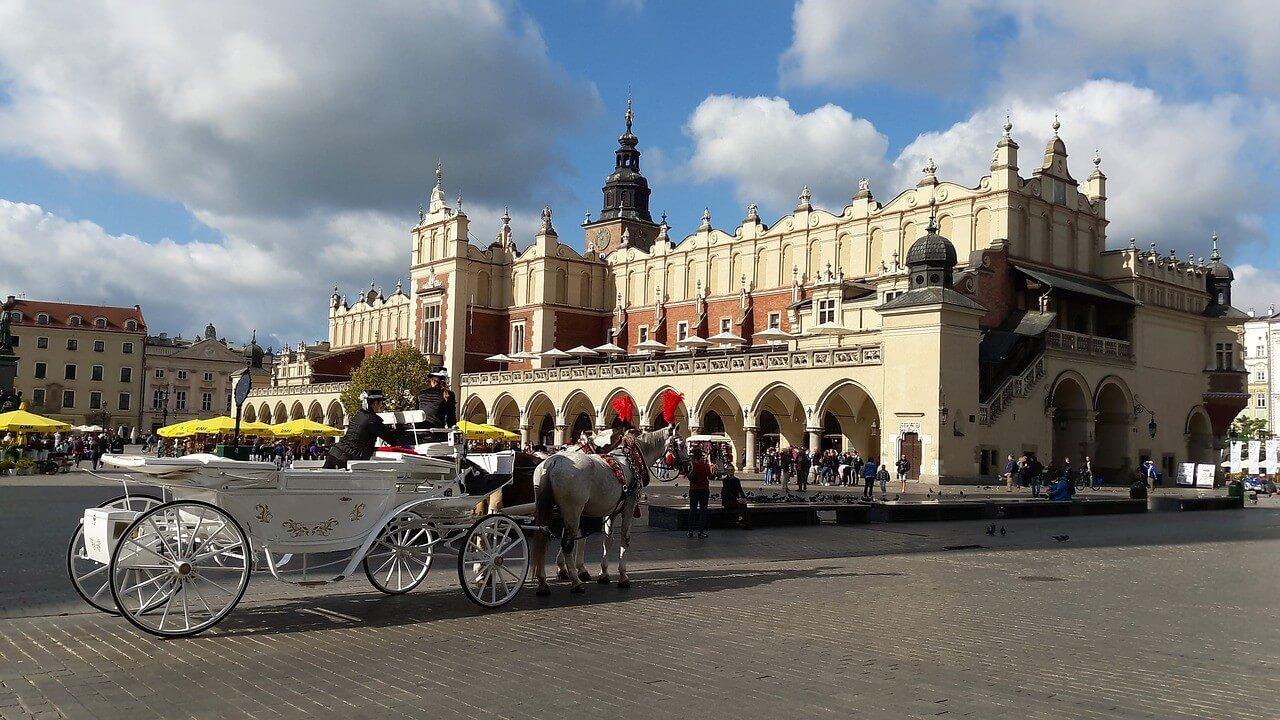 Cracovie Halle aux draps et calèche sur le Rynek