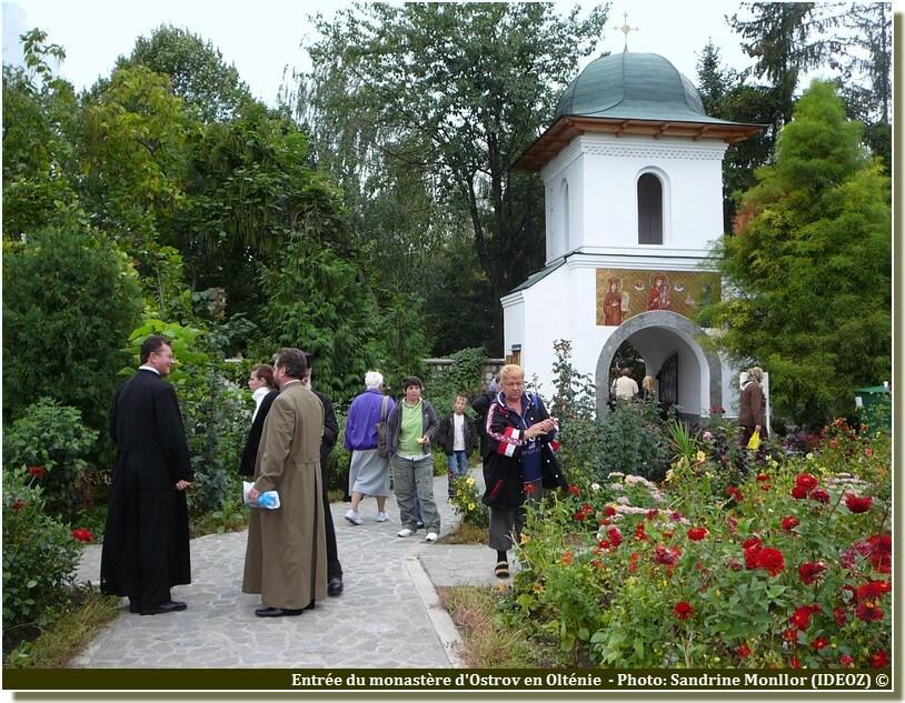 Entrée du monastère Ostrov en Roumanie