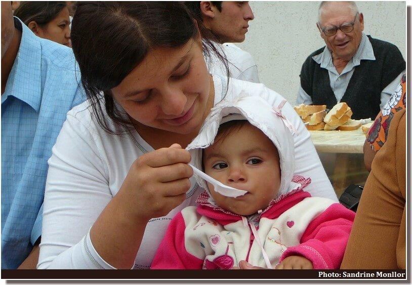 Ostrov petite fille rom lors de la fete du monastere