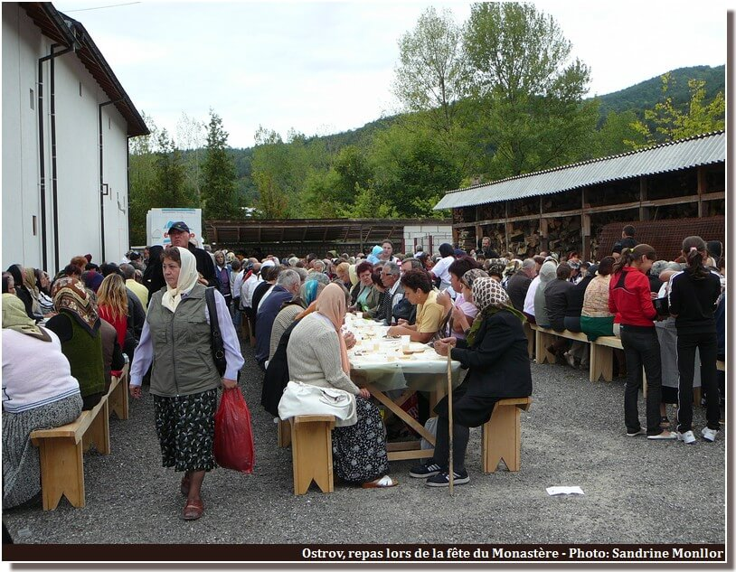 Repas populaire de la fete du monastere Ostrov