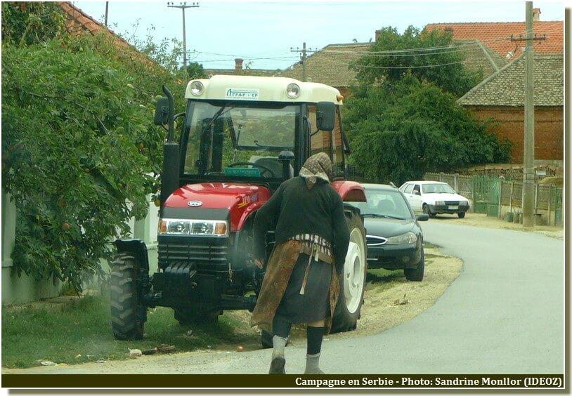 Tracteur dans la campagne en Serbie