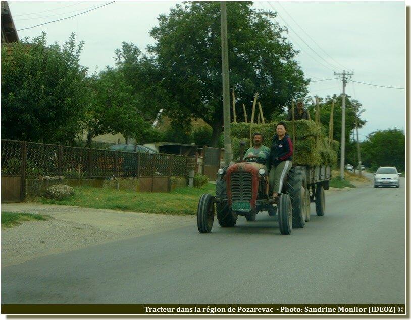 Tracteur sur la route de pozarevac en Serbie