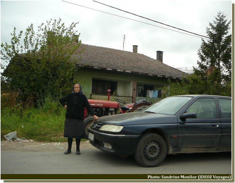 Vieille femme dans la campagne en serbie centrale