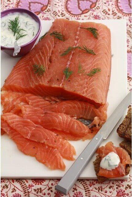 préparation saumon gravlax suedois mariné aux baies et à la vodka