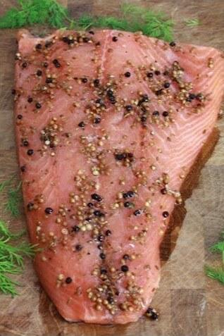 saumon gravlax mariné à la vodka et aux baies