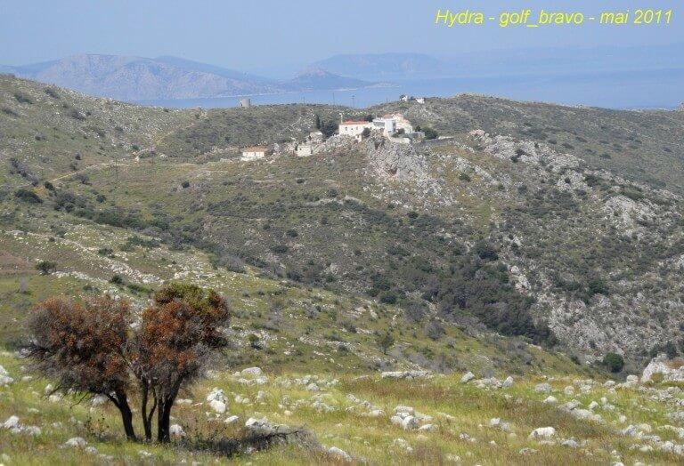 Hydra de loin le monastère Moni Agia Triados