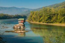 maison flottante sur la rivière Drina en Serbie