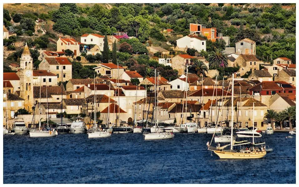 Panorama sur le village et le port de Vis