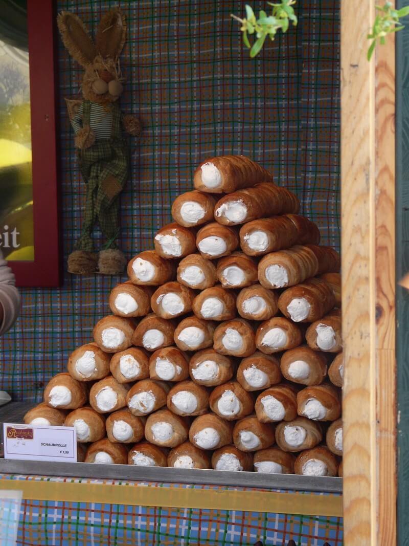 Schaumrolle spécialité en autriche sur un marché de paques à Vienne