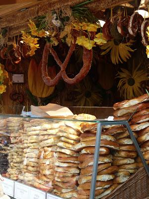 bretzels sur un marché de paques à vienne