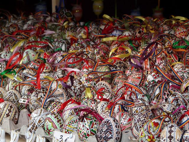 magnifiques oeufs peints et décorés sur un marché de paques à vienne