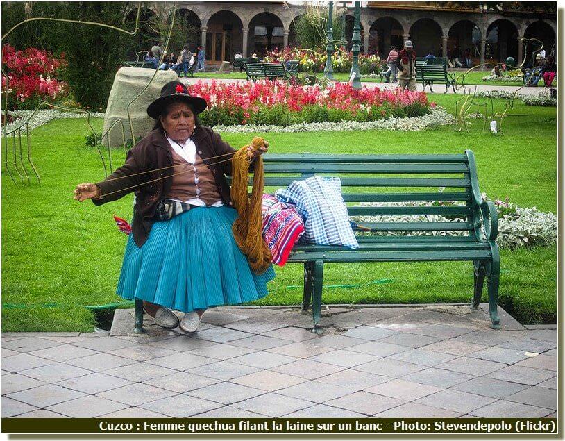 Cuzco femme quechua filant la laine sur un banc