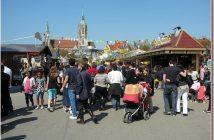 Fête foraine de Fruhlinngsfest à Munich avec l'église saint paul en arriere plan