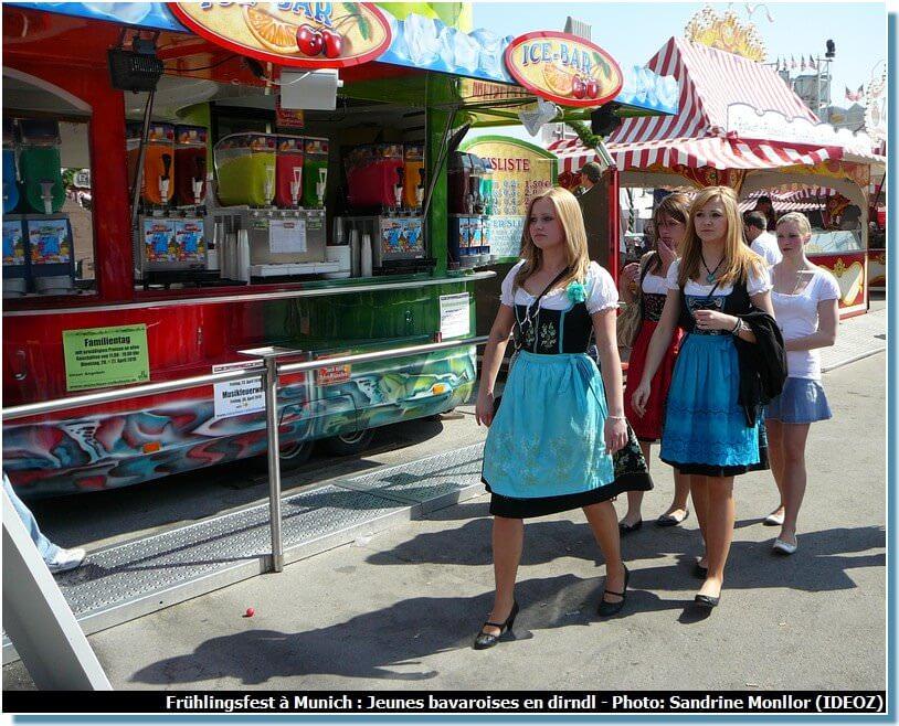 Fete de la bière de printemps de Munich bavaroises en dirndl