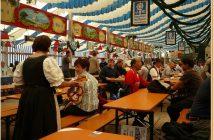 Fruhlingsfest de Munich Augustiner Brau serveuse lors de la fête de la bière