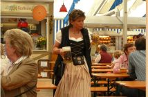 Fruhlingsfest de Munich serveuse portant la Bière d'Augustiner Brau