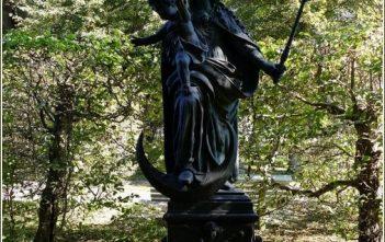 Statue de la Vierge et l'enfant dans le parc du chateau Furstenried.